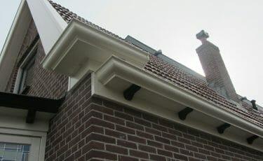 Huis met rustieke kunststof dakgoot hoekoplossing