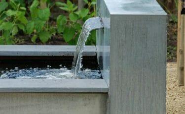 Zinken vijver met water ornament en terras overkapping